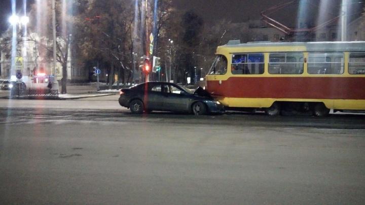 На проспекте Ленина водитель легковушки врезался в трамвай и сбежал