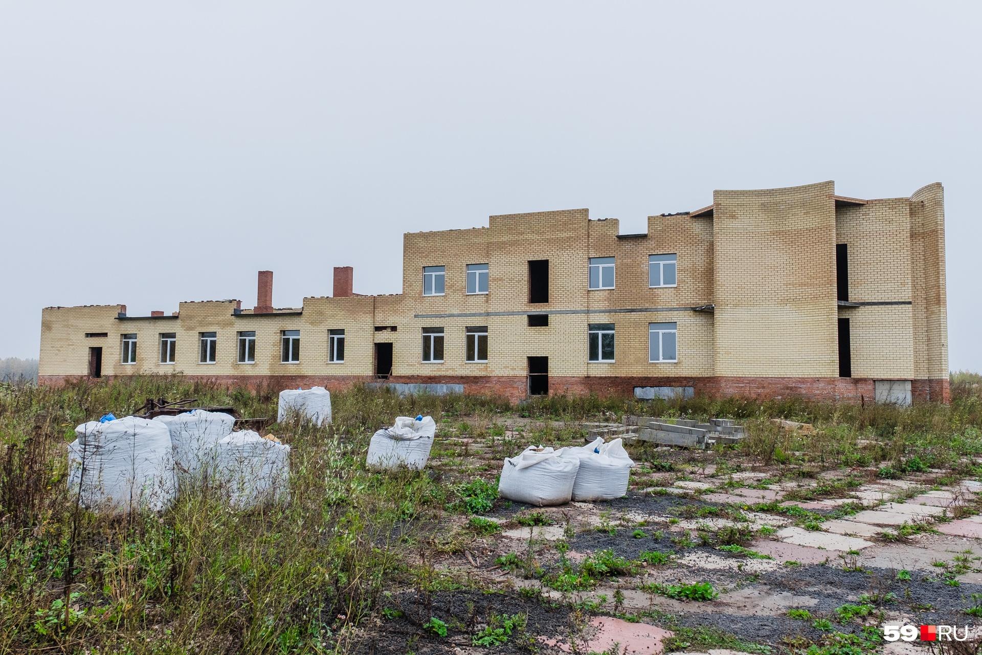 Крематорий начали строить в 2013 году. Сейчас он выглядит вот так