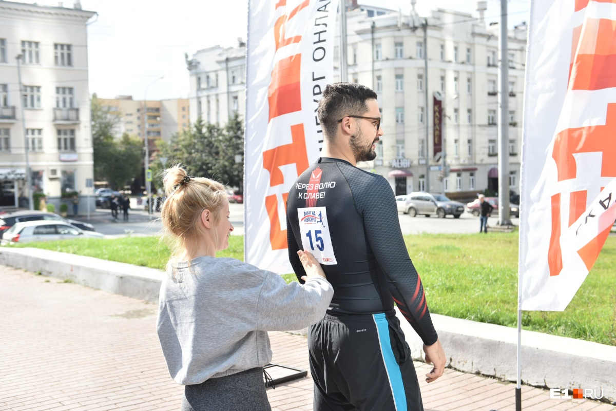 Спортсмен из Первоуральска пробежал 52 этажа «Высоцкого» за 4 минуты и 47 секунд. Онлайн
