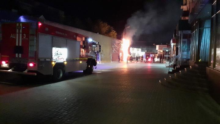 В центре Волгограда сгорел павильон микрозаймов