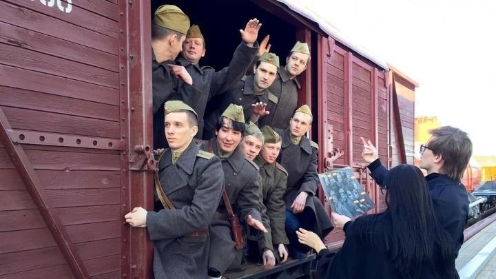 В Екатеринбурге оживили фотографию военного времени, на которой добровольцы отбывают на фронт