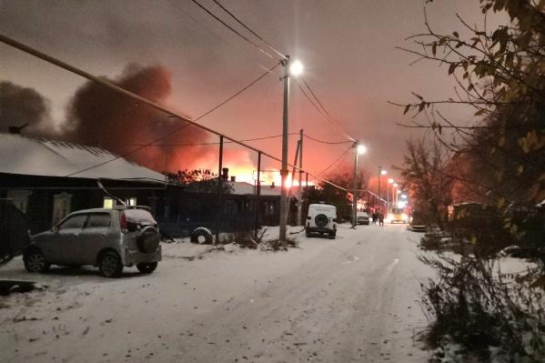 Из-за одного сарая загорелось два дома