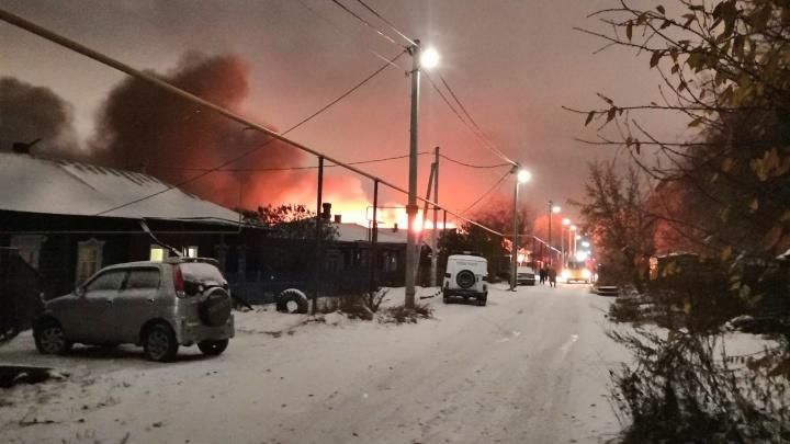 Сгорели соседние дома: на улице Большой произошёл пожар в частном секторе