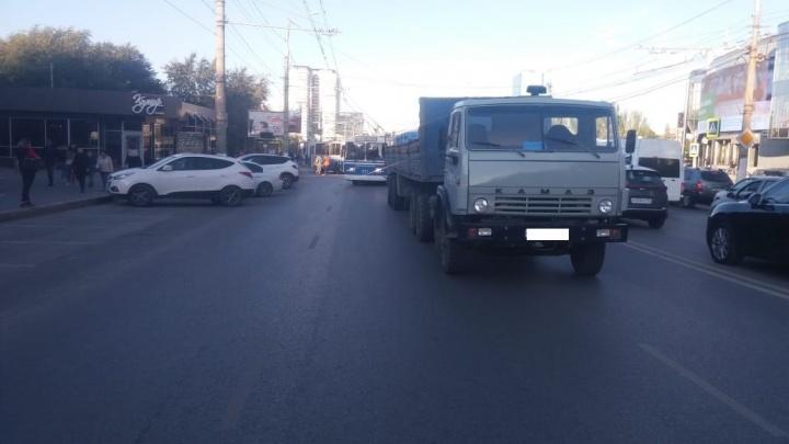 В Волгограде в час пик столкнулись КАМАЗ и троллейбус