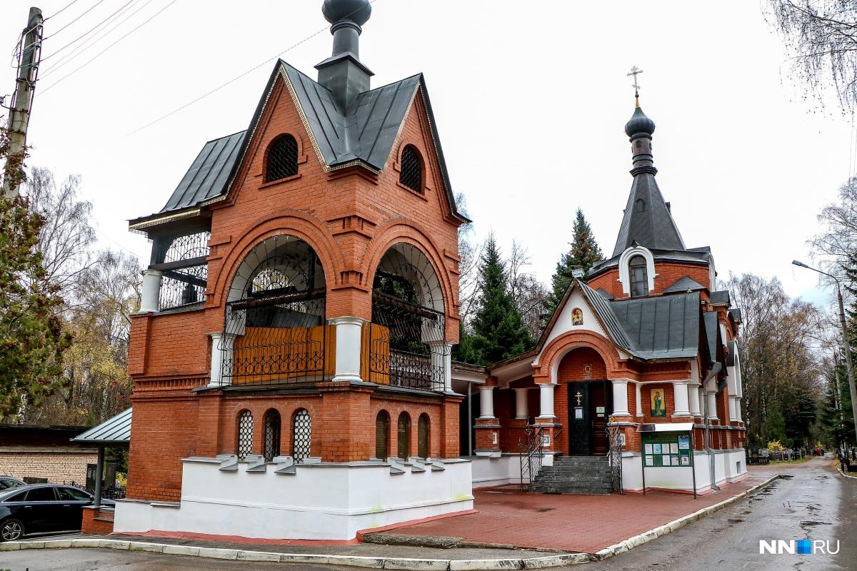 Храм стоит в центре кладбища Марьина Роща