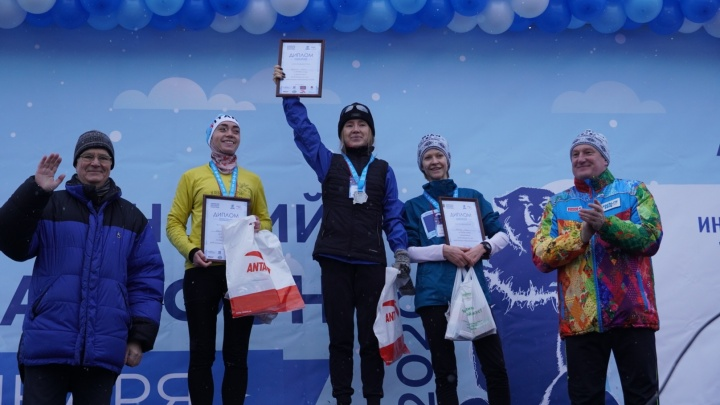 Самый холодный забег в мире: следим за спортивными омичами на Рождественском полумарафоне