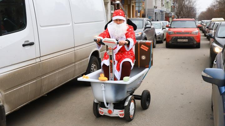 Ванна вместо саней: необычный Дед Мороз прокатился по центру Ростова и угостил прохожих конфетами
