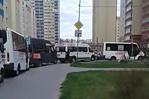 Маршрутки №10 устроили забастовку на конечной остановке в Акатуйском