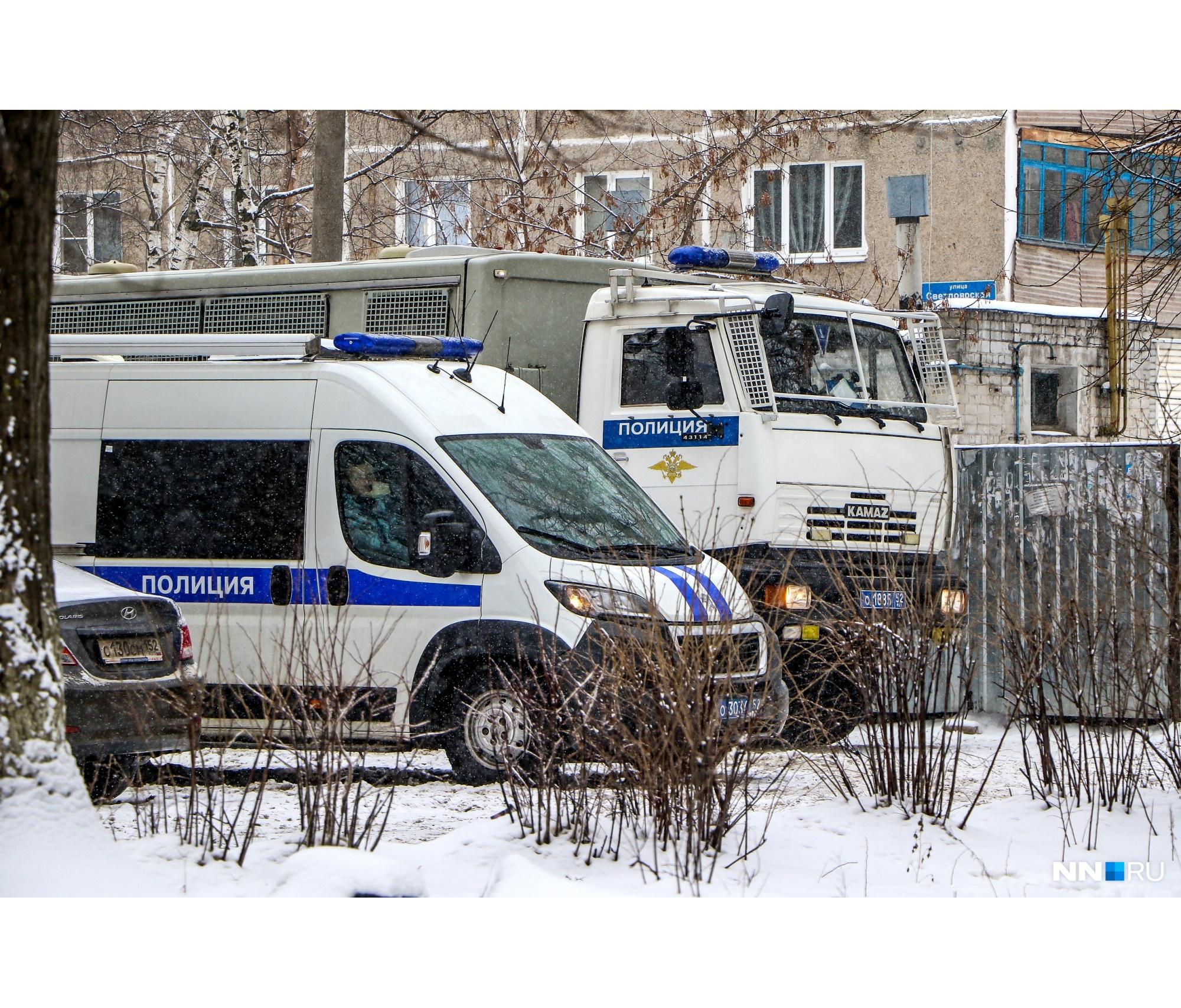 К дому подозреваемого приехало множество машин полиции и других ведомств