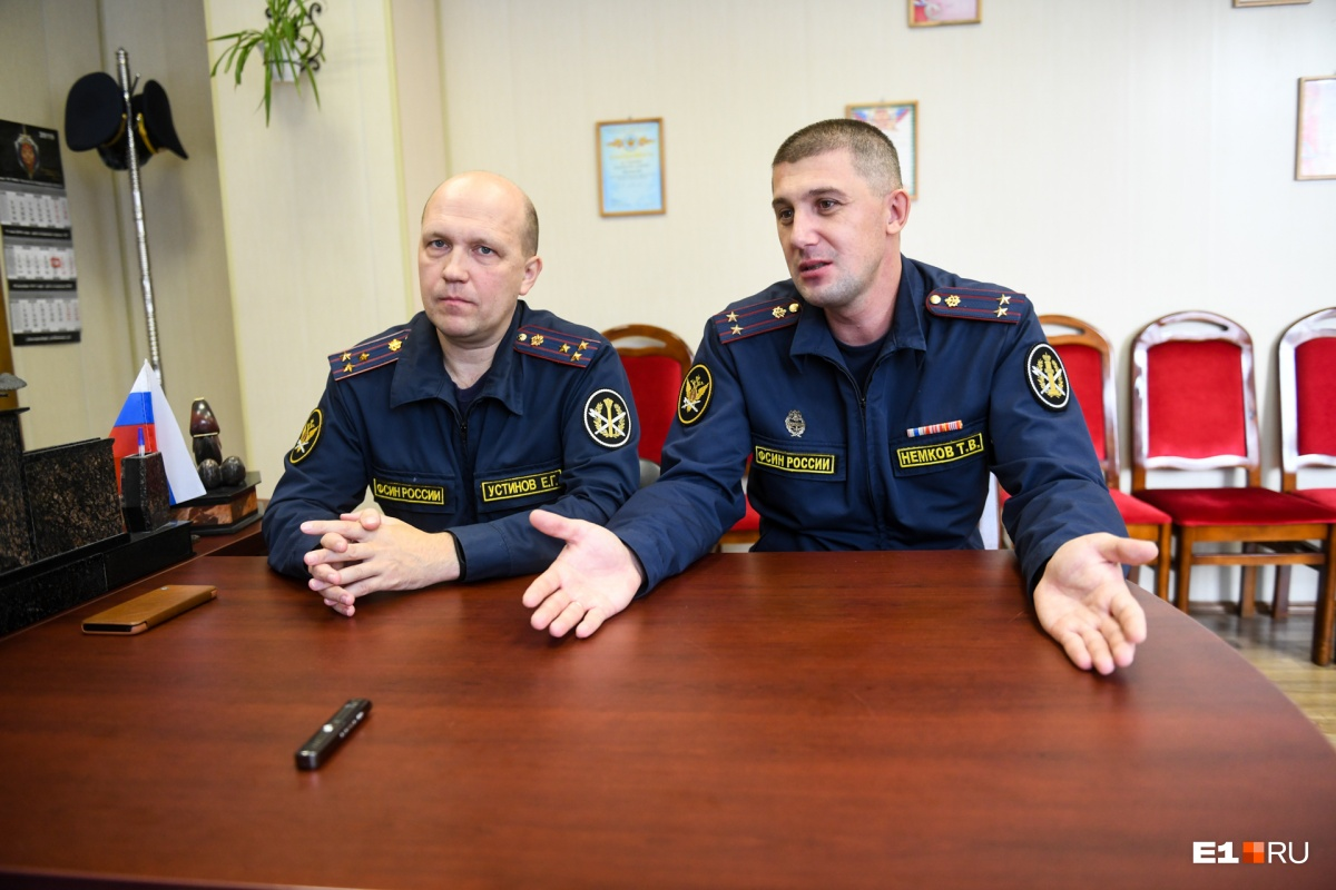 При новом начальнике, Тимофее Немкове (на фото справа), жизнь в колонии стала лучше