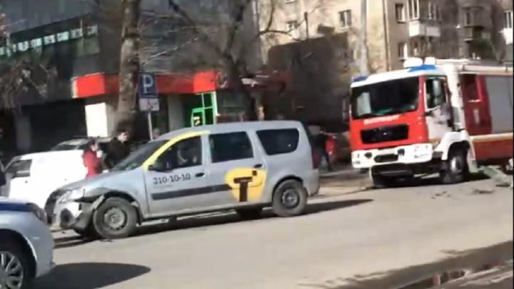 В центре Екатеринбурга столкнулись такси и иномарка: одного из водителей увезли в больницу