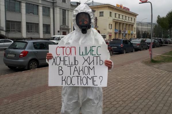 Владимир Григорьев закрыл лицо во время пикета — полицейские посчитали это нарушением