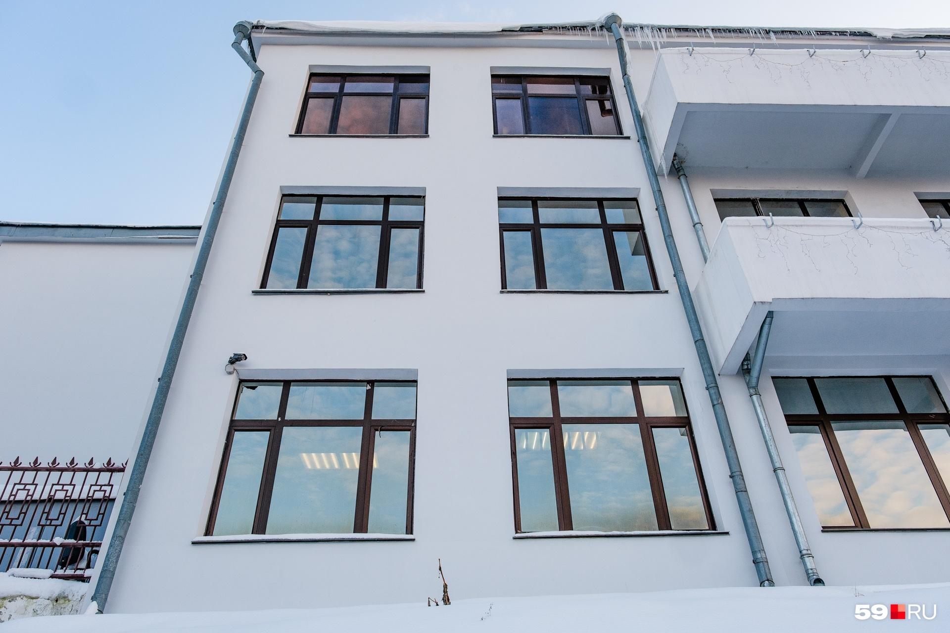Окна на фасадах большие
