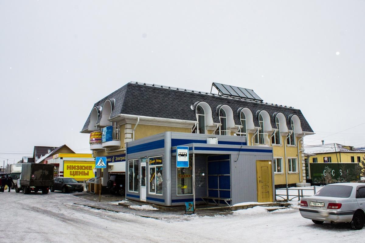 Что-то вроде местного бизнес-центра: офисные помещения и магазины под одной необычной крышей