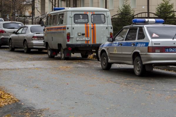 Утром у школы было много служебных машин: полиция, скорая помощь, спасатели