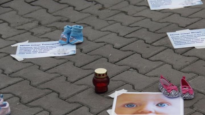 Подростки разложили у театра «Глобус» детскую обувь в знак протеста против абортов