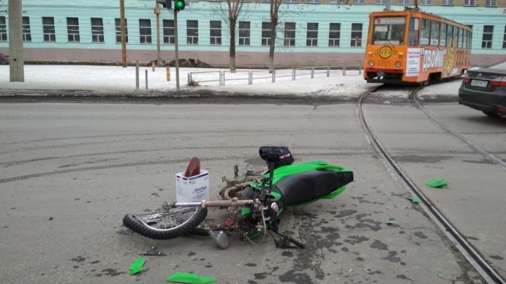 Неудачно открыл сезон: в Челябинске мотоциклист врезался в трамвай