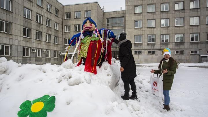 Во дворе вуза для будущих чиновников сожгли 2-метровое чучело с большими губами