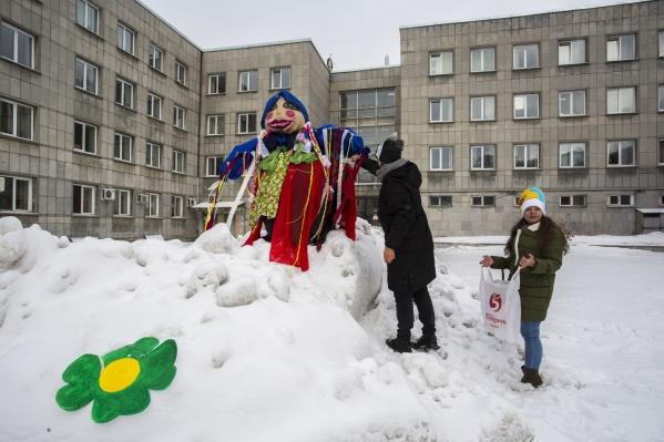 Студенты Сибирского института управления первыми проводили зиму и сожгли чучело Масленицы