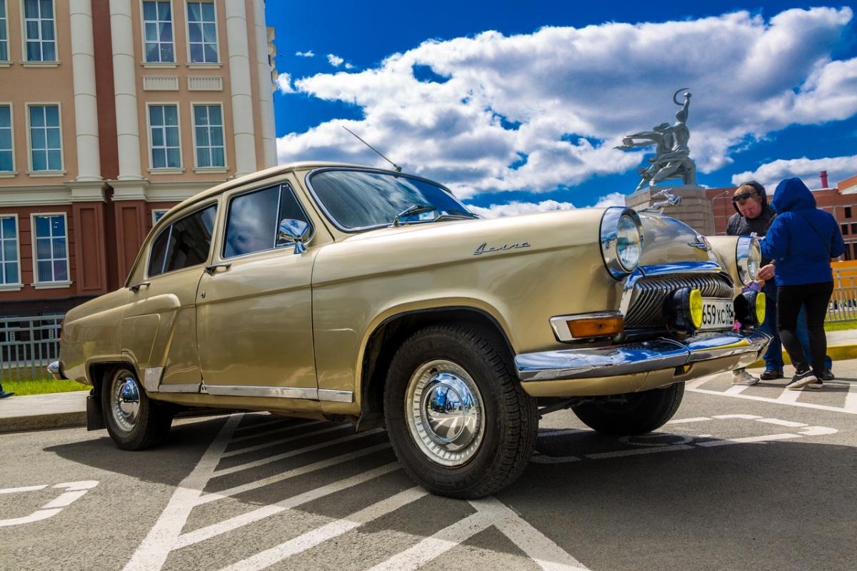 «Тусовка на парковке»: в Верхней Пышме горожанам показали крутые суперкары и покатали на дрифт-такси