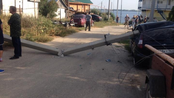 Упал на машину и раскололся: под Тольятти водитель легковушки снёс столб