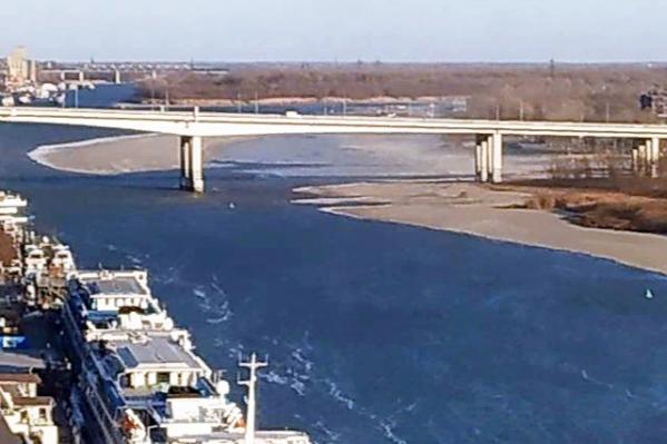 Из-за ветра обнажилось дно реки, а линия берега ушла чуть ли не на середину