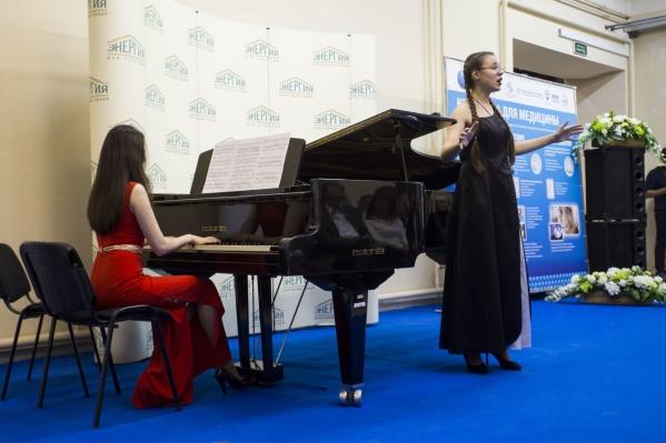 На заводе «НЭВЗ-Керамикс» прошёл концерт оперных исполнителей для работников цеха по изготовлению суставов