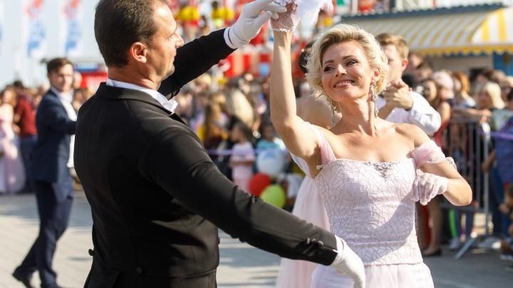 В Волгограде полторы сотни пар танцуют вальс и полонез в пойме реки Царицы