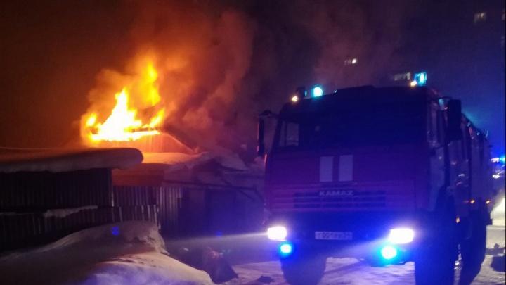 Крыша вспыхнула, как свечка: в Ленинском районе загорелся дом