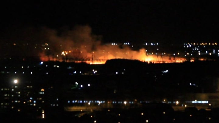 «Уже начал гореть лес»: вдоль Полевского тракта полыхали поля
