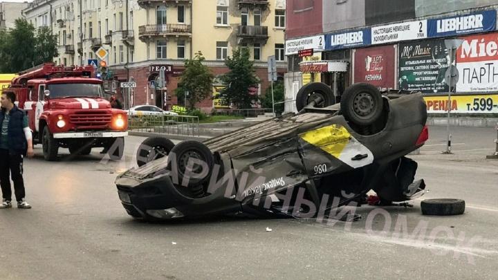 На Герцена перевернулся автомобиль такси. Пострадала девушка-пассажир
