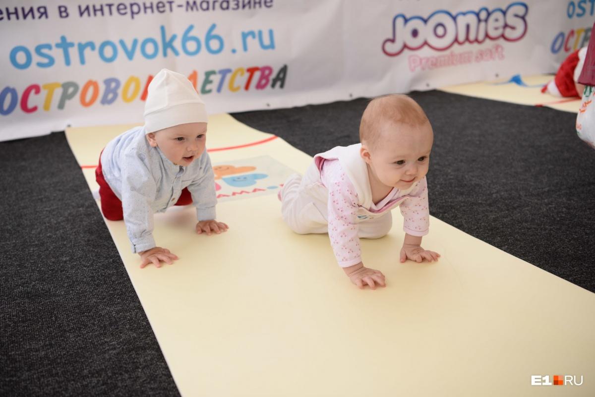 В Историческом сквере малыши устроили соревнования по ползанию на скорость