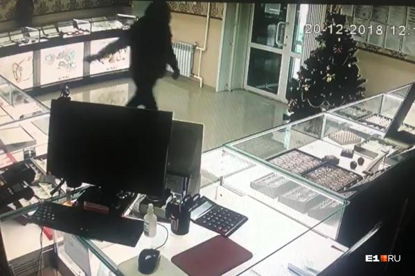 Преступник наставил пистолет на двух девушек из салона