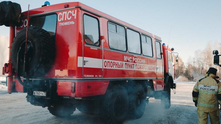 Угощают горячим чаем, укутывают в плед: 23 человека отогрели за сутки спасатели на тюменских трассах