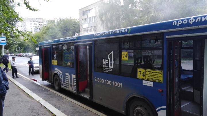 «Все быстро вышли из салона»: в центре Перми задымился автобус