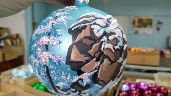 На красноярской фабрике игрушек создали коллекцию шаров с изображением «Столбов»