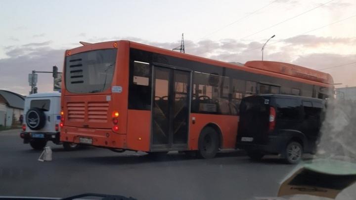 «Второй день не работает светофор»: в Волгограде автобус столкнулся с минивэном