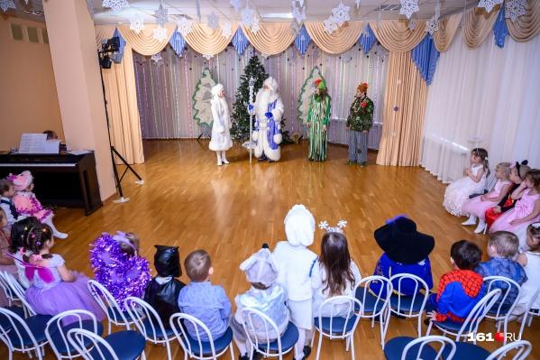 Психолог Роман Крюков считает, что взрослые должны создавать для своих детей настоящую новогоднюю сказку и поддерживать веру в Деда Мороза