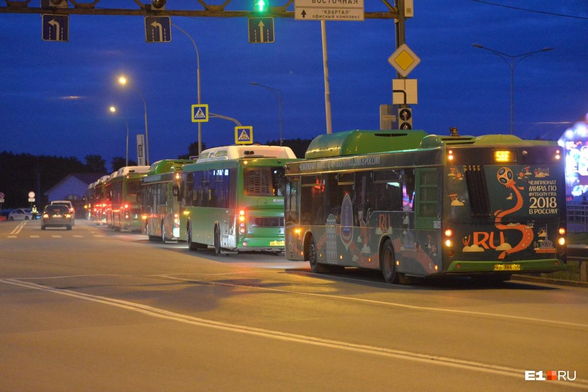 Тех, кто болел за наших в фан-зоне, развозят на таких вот автобусах