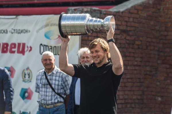 В Новосибирск приехала копия Кубка Стэнли — он из самых престижныххоккейных призов, который ежегодно вручают победителю плей-офф НХЛ
