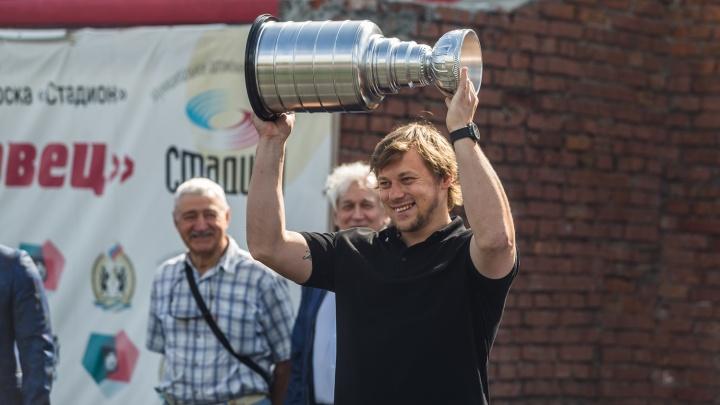 Звезда НХЛ привёз показать новосибирцам копию Кубка Стэнли