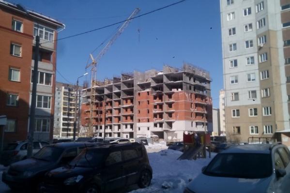 Стройка забуксовала на уровне восьмого этажа