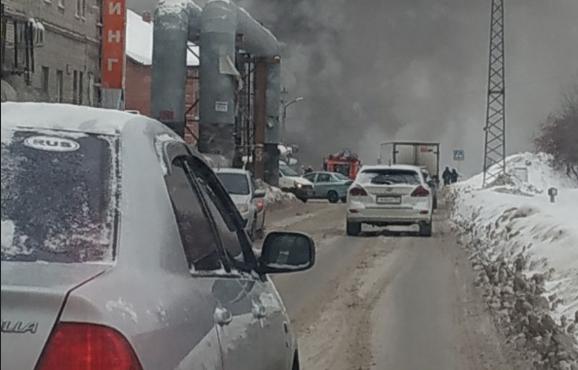 Пожар на Островского: из горящей СТО вытащили четыре газовых баллона