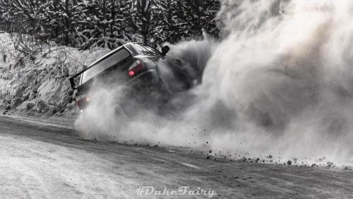 Сто бесстрашных водителей устроили зрелищные гонки на заснеженных трассах в Арамиле
