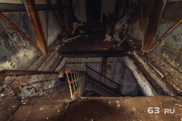 Лестница, которая ведет в основные помещения радиоцентра под землей