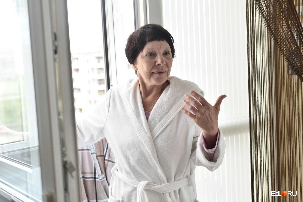 Даже в домашнем халате Тамара Васильевна не перестаёт быть актрисой