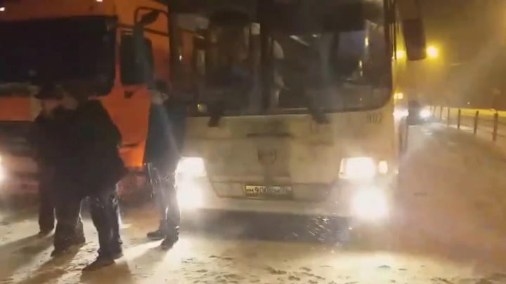 Грузовик, автобус, КАМАЗ, легковушки: федеральную трассу в Ярославской области перекрыло массовое ДТП