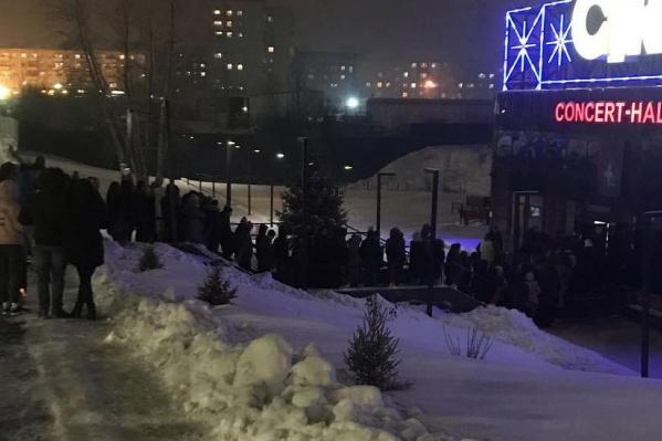 На улице довольно прохладно, но для тех, кто желает попасть на концерт, это не преграда