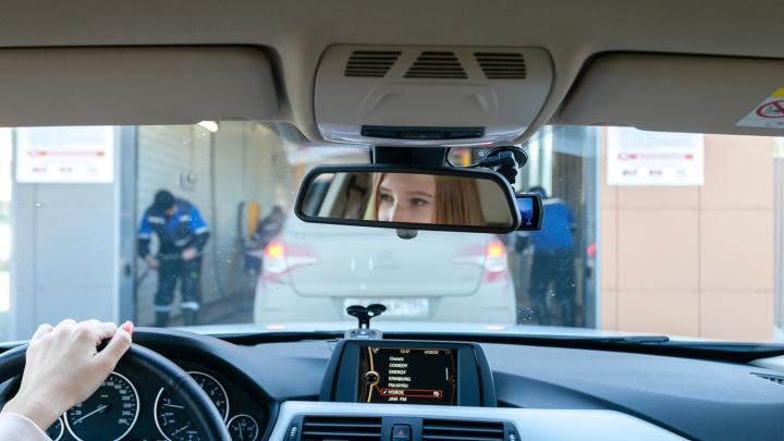 «Заскочила помыться между фотосессиями»: уральская автоледи — в пенном репортаже с конвейерной мойки