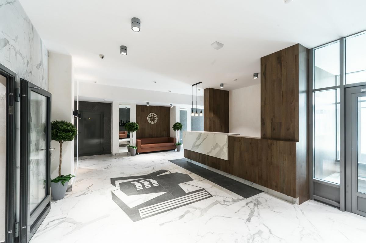 Гостей встречает просторный холл с мягкими зонами с диванами и службой ресепшен